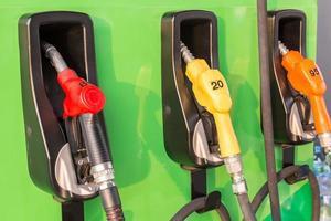 bombas de combustible en una gasolinera foto