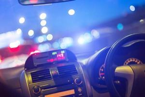 dentro de un auto por la noche foto