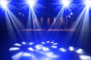 iluminación de concierto en un escenario de concierto