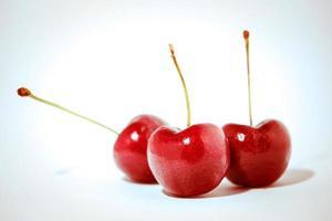 fruto de la cereza aislado en un fondo blanco foto