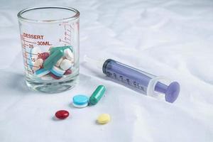 medicina sobre un fondo blanco