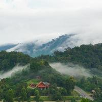 casa en las montañas en tailandia foto