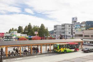 parada de autobús en nikko, japón foto