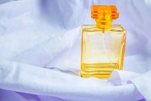 perfume en papel de seda foto