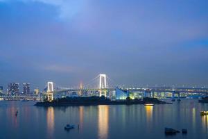 Puente del arco iris en Odaiba, Tokio en Japón foto