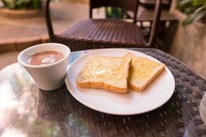 tostadas y café en la mesa foto