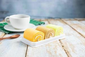rollos de pastel en una mesa