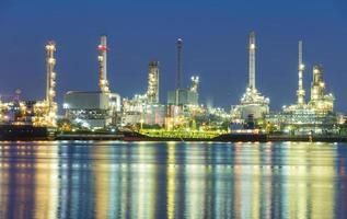 refinería en tailandia por la noche foto