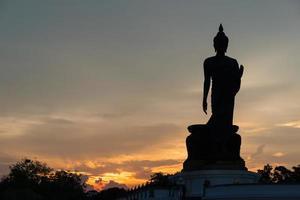 Gran silueta de Buda en Tailandia al atardecer foto