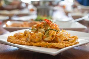 Tortilla de mariscos en un plato blanco