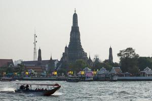 Barco de crucero en el río en Wat Arun, Tailandia foto