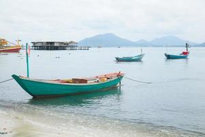 barcos de pesca en la orilla en tailandia foto