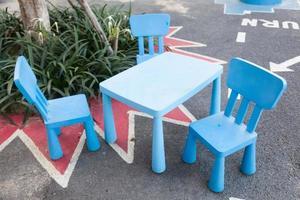 mesa y sillas azules
