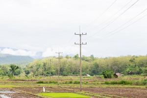 torres de transmisión en la montaña foto