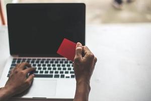 empresaria sentada en la computadora haciendo una compra en línea