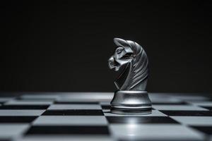 Tablero de ajedrez con piezas de ajedrez sobre fondo negro foto