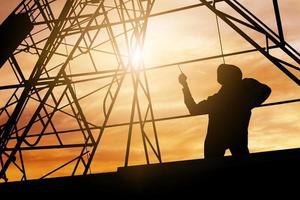 silueta de un ingeniero en un sitio de trabajo de construcción foto