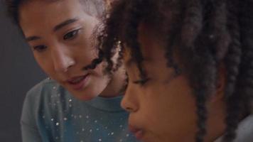 mulher e menina conversando, olhando uma para a outra e olhando para baixo