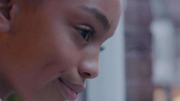 close up de garota negra, olhando pela janela, perfil video