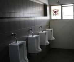 fila de urinarios foto