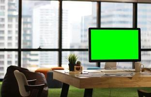 computadora de escritorio en maqueta de oficina