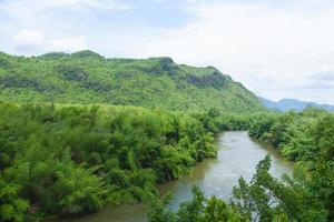 río, montaña y bosque en tailandia foto