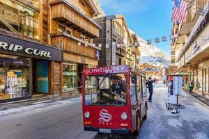 El hombre conduce un coche de reparto eléctrico en Zermatt, Suiza