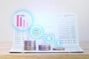 Gráfico en filas de monedas para concepto de banca y finanzas foto