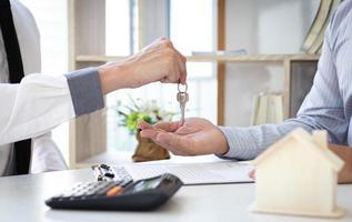 dueño de casa recibiendo llaves