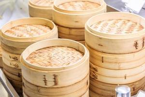 pila de vapores de bambú chino foto