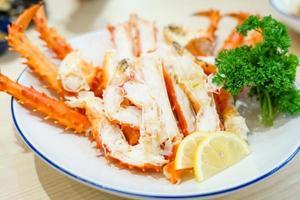 patas de cangrejo real rojo con rodajas de limón fresco
