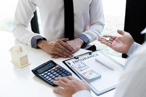 agente de bienes raíces firmando un contrato
