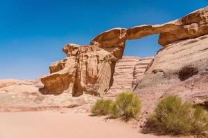 Arco de roca de um fruth en Wadi Rum, Jordania
