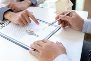 Person signing a contract photo