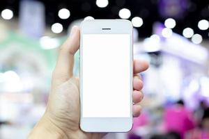 persona sosteniendo un teléfono móvil con pantalla en blanco