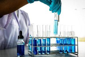 Tubos de ensayo científico con líquido azul.