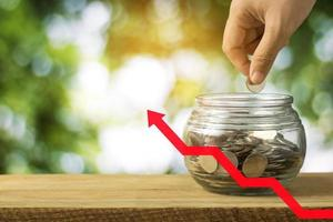 línea de crecimiento con un tarro de monedas