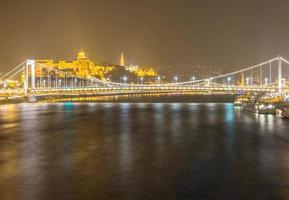 Vista nocturna del puente Elizabeth en Budapest, Hungría