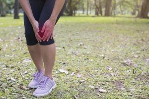 persona tiene dolor en la rodilla afuera foto