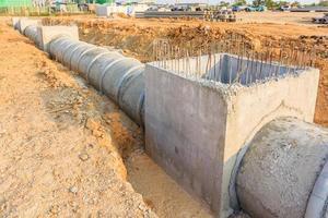 Tubo de drenaje y boca de inspección en un sitio en construcción foto