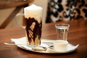 café caliente con crema batida en un vaso alto foto