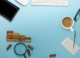 vista superior del escritorio azul suave