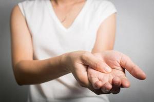 persona que usa acupresión en la mano