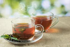vasos de té caliente sobre arpillera foto