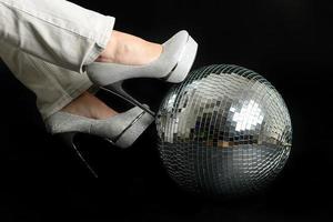 tacones en una bola de discoteca