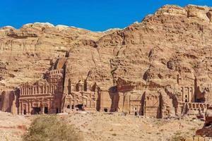 una vista de las tumbas reales en petra, jordania.