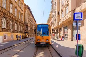 Antiguo tranvía en el centro de la ciudad de Budapest, Hungría