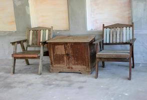 sillas y mesa de madera