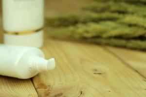 Close-up de un tubo de crema blanca sobre madera foto