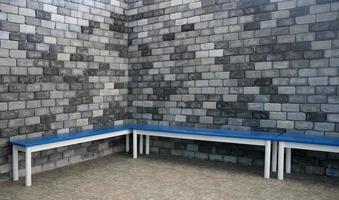 Bancos azules y pared de ladrillo. foto